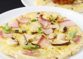 木の子と温玉、自家製パンチェッタピザ
