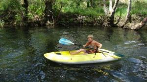 Alexander versucht sich im Kayakfahren...  Übung macht den Meister...