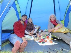 Gemütlich im Zelt ein Picknick