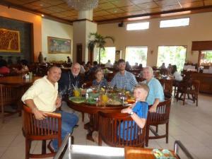 Zum Mittagessen mit Neni in ein Restaurant wo die Touristen so gut wie nicht hinkommen... weil es ihnen niemand sagt! Es war super lecker!