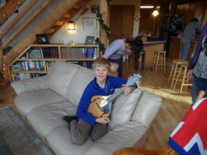 Alexander ha ein neues Instrument entdeckt... eine Mandoline!