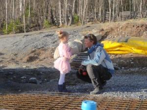 Auf der Baustelle kriegt Papa Philip Besuch von einer seiner kleinen Prizessinen...