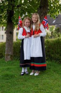 In norwegischer Tracht am Nationalfeiertag 12. Mai in Norwegen...