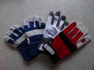 Unser Vermieter sah, dass wir ohne Handschuhen hantierten... so kam er mit vier paar neuen Handschuhen für uns...