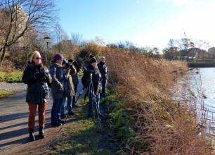 Vi står och spanar över Råstasjön.