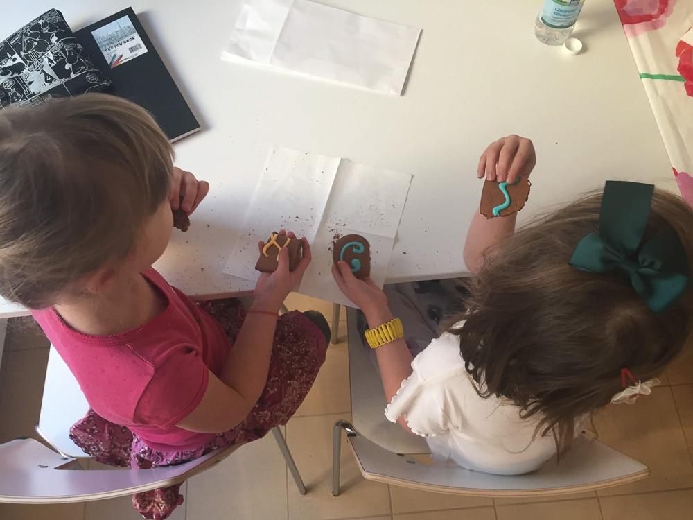 Pikkuapurit apuna jakamassa tarroja piparipalkalla