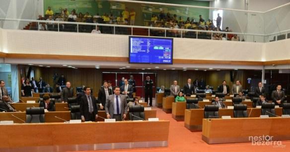 Em pé, quem votou contra o pedido de auxílio; sentados, os que votaram a favor