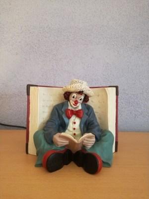 Boekensteun 'De leesgierige', blauw
