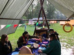 Aftensmad på lejrpladsen i regnvejr. Foto: Jens Frederik Frederiksen