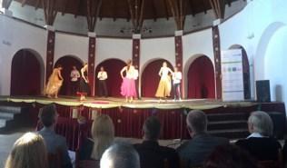 Maturanti plešu društvene plesove