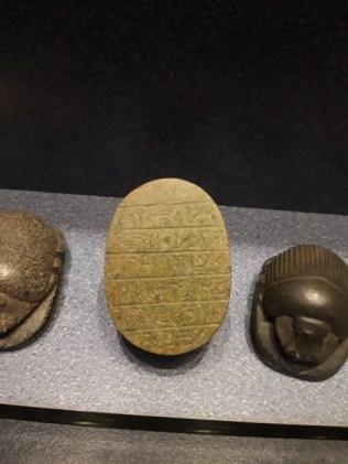 Stražnja strana obrednog skarabeja u Arheološkom muzeju u Zagrebu na kojoj je isječak iz Knjige mrtvih