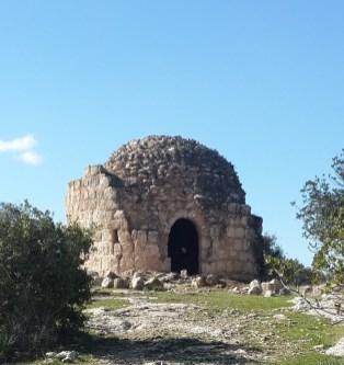 מגדל שמירה עתיק בראש גבעה שעליה סימון שבילים אדום היוצא מרמת בית שמש אל מנזר בית ג'מאל