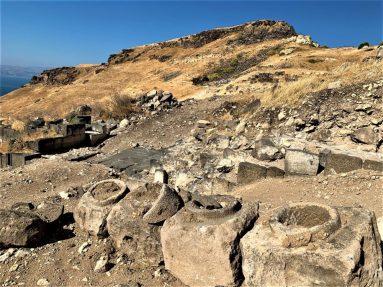סוסיתא-חפירות האוכף בכניסה לעיר, אמת מים עשויה צינורות אבן הובילה מים לעיר. ברקע האמפיתאטרון - גל האבנים למרגלות גבעת העיר