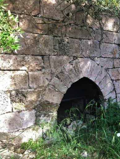 נחל שיח-פתח בחומת המנזר