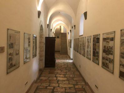 קירות הבנין הראשי מגישים שיעור היסטוריה על תולדות ירושלים, עם תמונות היסטוריות נדירות שצילמו צלמי המושבה, אוסף עתיקות אריכאולוגי ושלטי הסבר