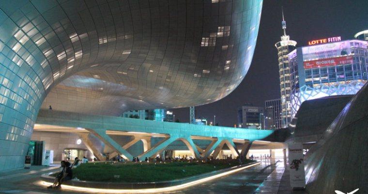 首爾自由行》東大門DDP設計廣場「동대문디자인플라자」(Dongdaemun Design Plaza)+《來自星星的你》韓劇場景拍攝現場特展(改場地到KINTEX延至2015年)