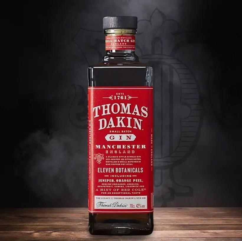Billede af en flaske Thomas Dakin Gin på et bord med mørk baggrund