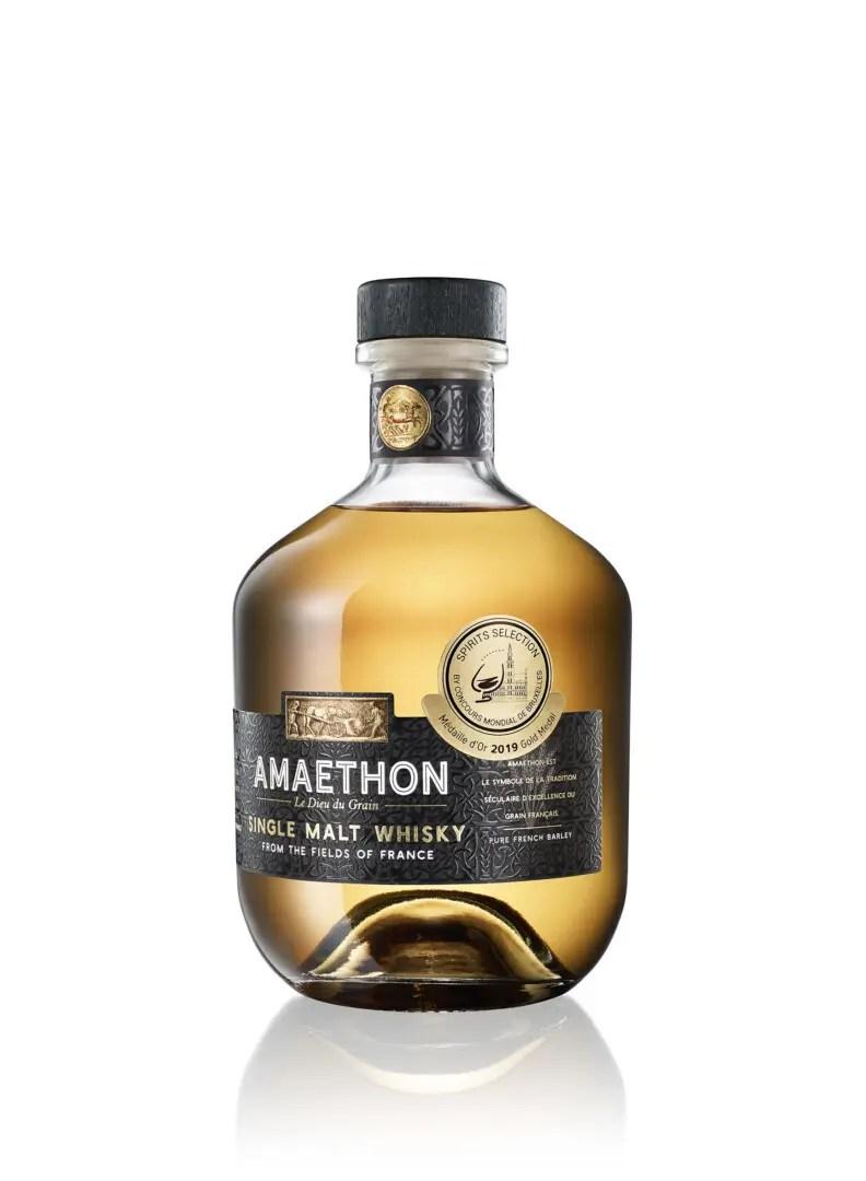 Billede af en flaske Amaethon Whisky fra siden
