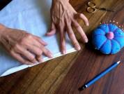 3. Marque el doble dobladillo con la uña o con la plancha de modo que las líneas queden marcadas en la tela