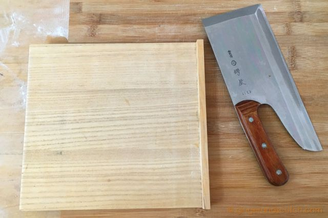 Soba knife and wood cutting guide