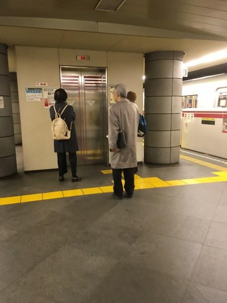 Schlange vor der Fahrstuhl