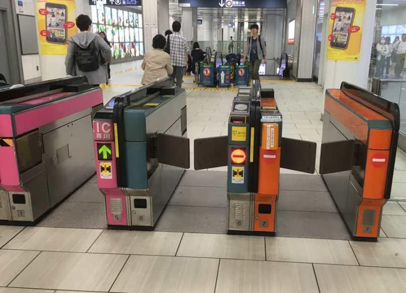 Orangene Ticketschranken