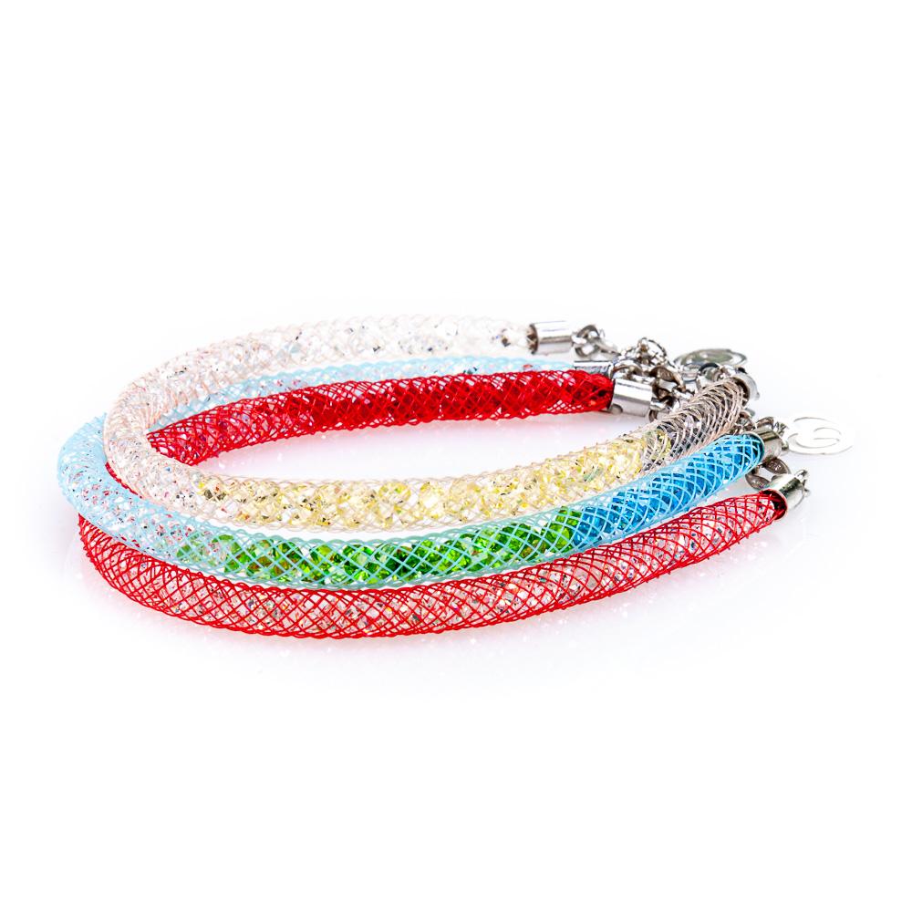 3 bracciali arcobaleno messi uno sopra l'altro