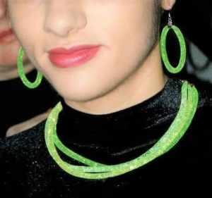 gioielli verdi chiaro - collana ed orecchini indossati