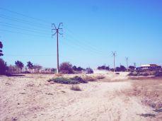 La route vers la plage. A gauche, le cimetière international de Sulina.
