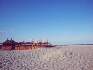 Une des terrasses qui se trouve sur la plage.