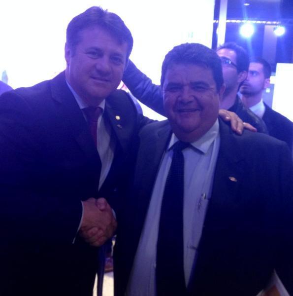 Deputado Federal Giovani Cherini e o Presidente do Sistema OCB, Márcio Freitas, no Prêmio Cooperativa do Ano em 2014.