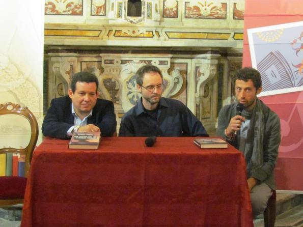 """Presentazione di """"Non lasciar mai che ti vedano piangere"""" di Amir Valle a Castellaneta (Taranto), con (da sin.) Amir Valle e Fabio Salvatore"""