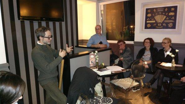 """Presentazione di """"Ścieżki nocy"""" a Sopot, presso il caffè """"La Crema d'Italia"""", insieme al giornalista Roberto Polce (novembre 2016)."""