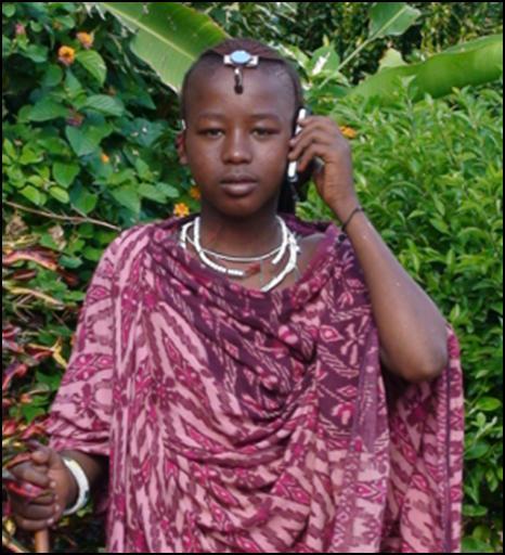Giovane Masai in Tanzania al cellulare