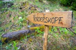 Nicht zu verfehlender Wegweiser zum Vorderskopf © Gipfelfieber.com