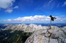 Das etwas lawede Gipfelkreuz der Mittleren Ödkarspitze © Gipfelfieber.com