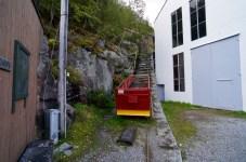 Neben den Gleisen und Rohren führen die Stufen hinauf © Gipfelfieber.com