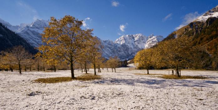 Wandern in der Eng: Wenn der Winter den Herbst küsst