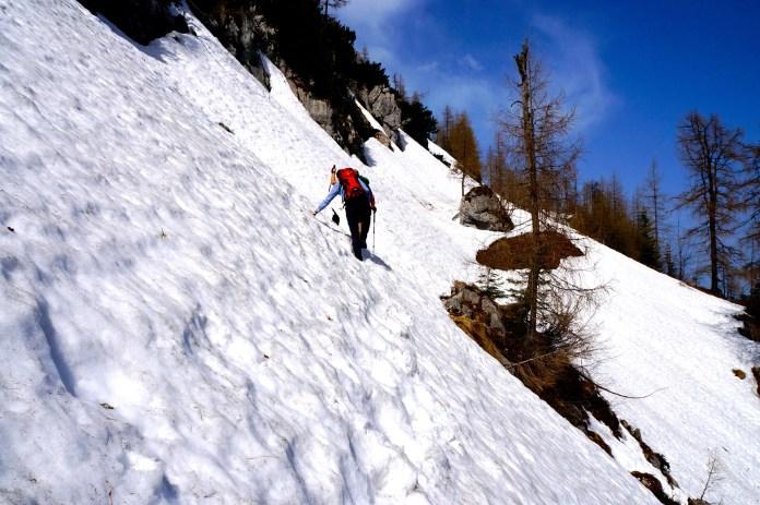 Unterschätzte Gefahr: So quert man ein Altschneefeld richtig ©Gipfelfieber