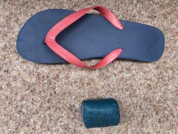 Nano Daypack neben einem Flip Flop ©Gipfelfieber