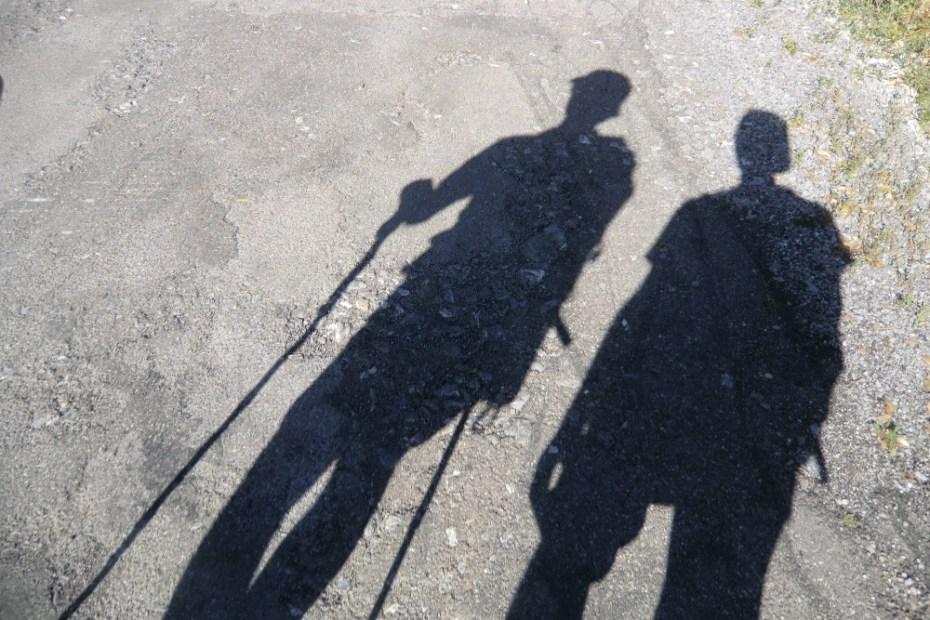 Schatten zweier Wanderer mit Treckingstöcken