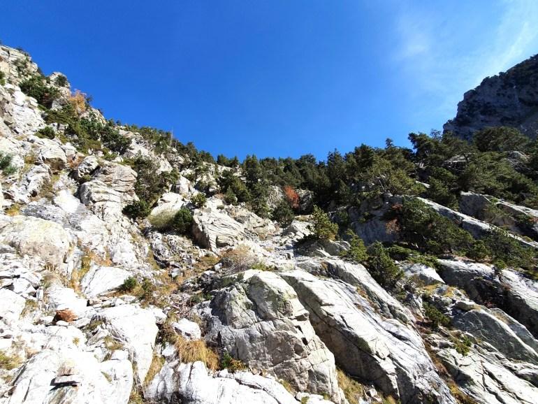 Kaum erkennbare, aber gut markierte steile Felspassage