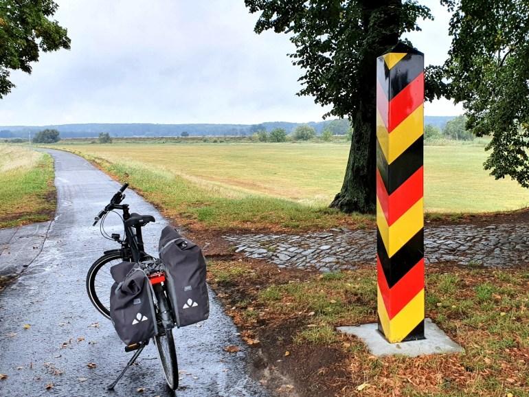 Grenzpfeiler am Oder-Neiße-Radweg hinter Forst