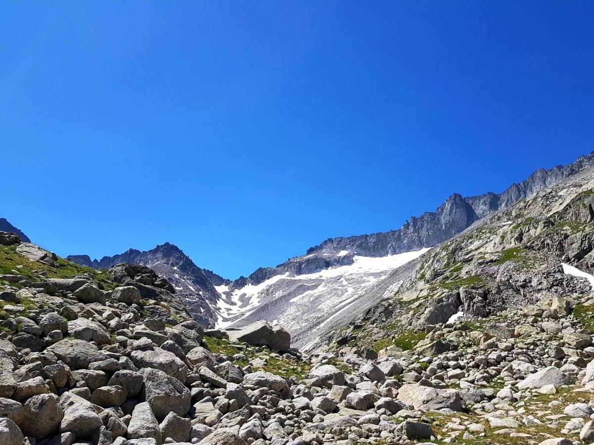 Schneebedeckter Talkessel unterhalb des Aneto-Massivs