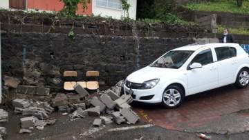 Giresun'da şiddetli yağmur sonrası bahçe duvarı yıkıldı