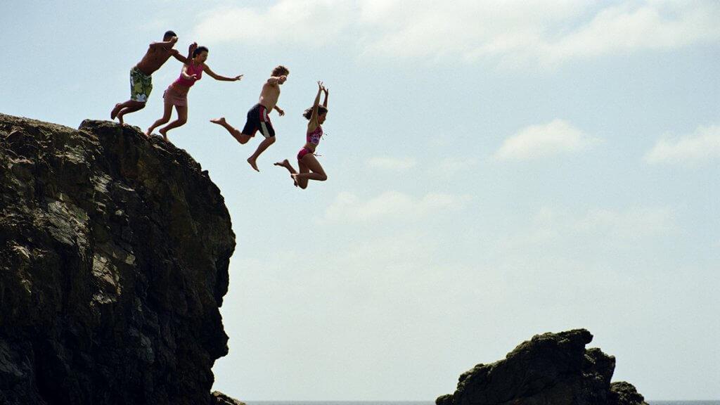 denize atlayan bir grup insan