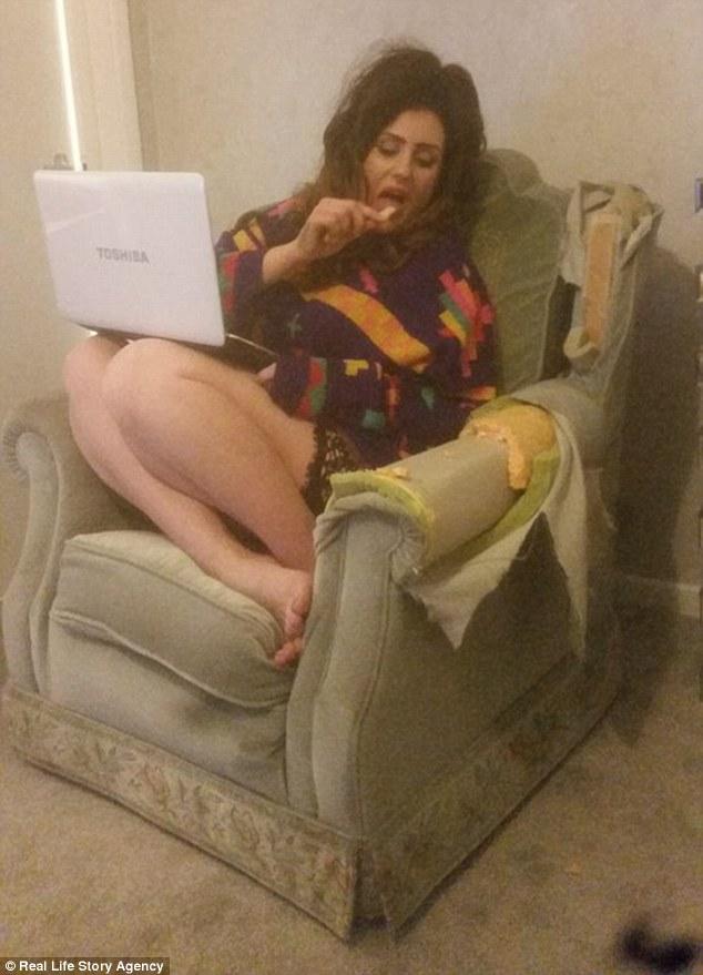 Момиче яде фотьойл