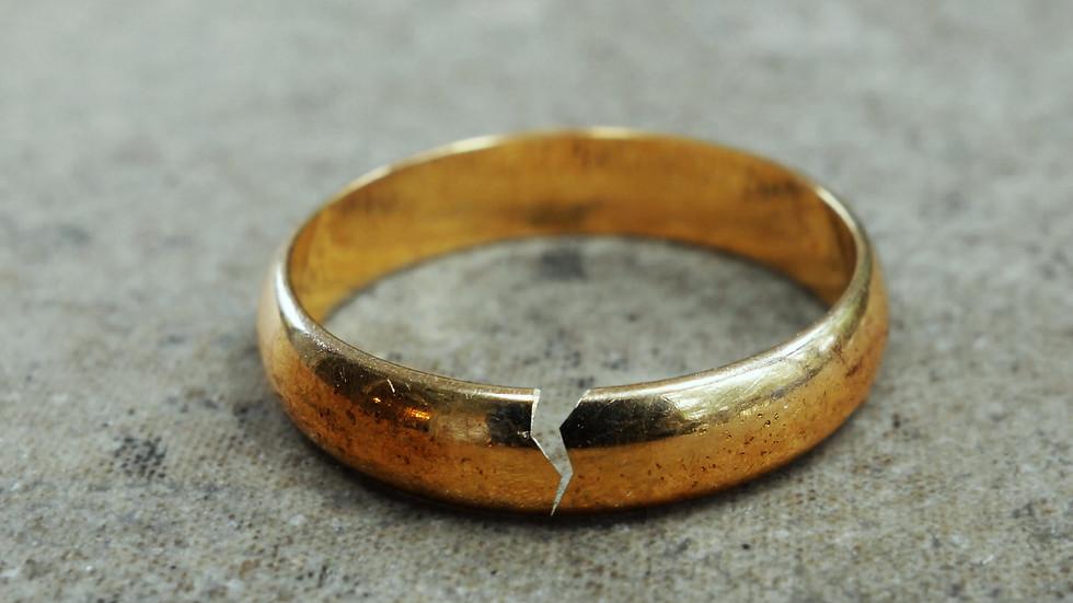 Той поиска да се разведе с жена си, заради любовница. Остави й къща, кола и пари, но тя не ги искаше. Искаше само едно нещо...