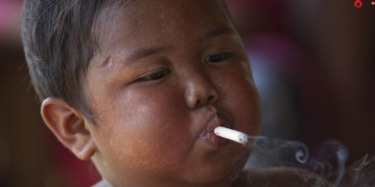 Помните ли детето, което пушеше по 2 кутии цигари на ден? Вижте го днес!