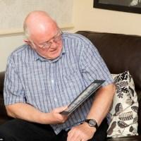 Възрастен шотландец разтвори местния вестник и изтръпна от старите черно-бели СНИМКИ на една от страниците му